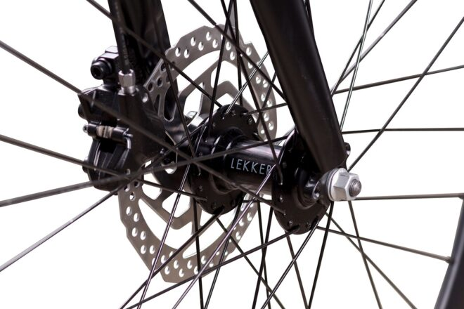 products 7 amsterda commuter bike close up disc front hub